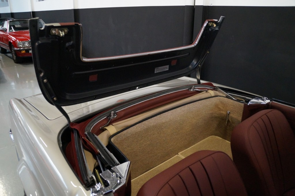 Buy this MERCEDES-BENZ SL-KLASSE 1966  at Legendary Classics (71)