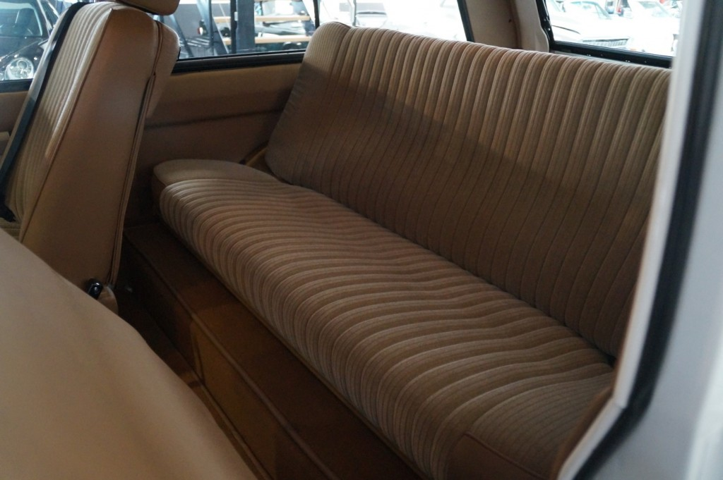 Buy this LAND ROVER RANGE ROVER 1977  at Legendary Classics (41)